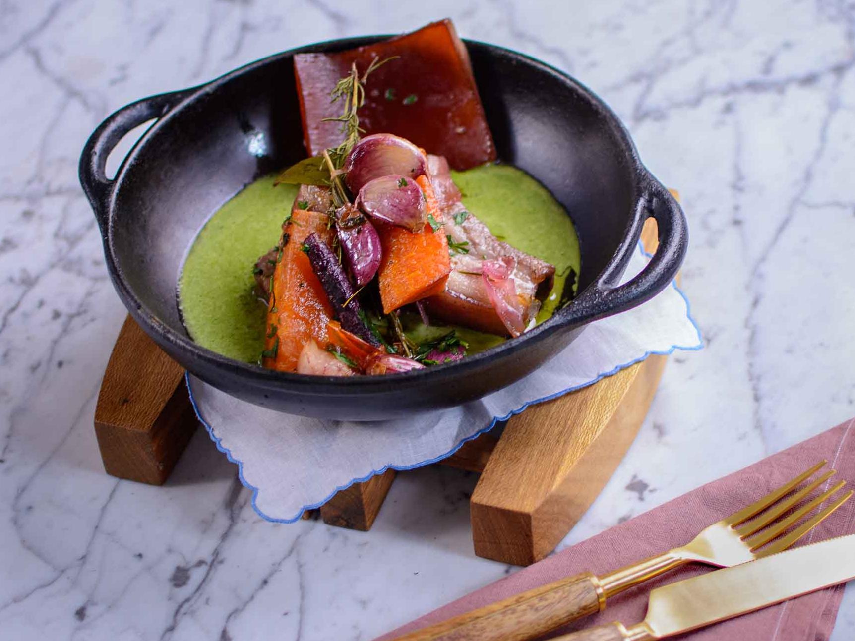 Barriga de porco á provençal com creme de espinafre: aprenda a fazer a receita do Jacquin