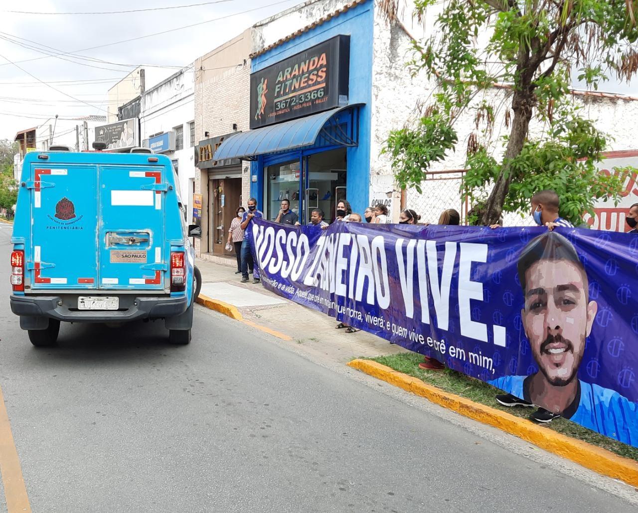 """Amigos e familiares fazem """"vigília"""" durante júri de acusados pelo assassinato de Gustavo Salles em Tremembé"""