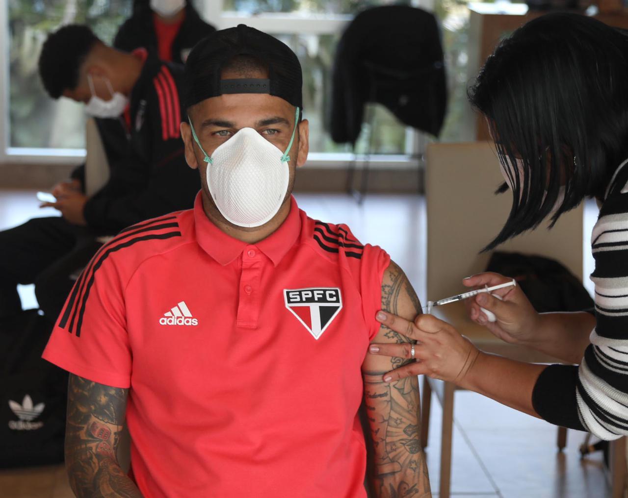 Daniel Alves recebe a primeira dose da Coronavac com o elenco no Paraguai