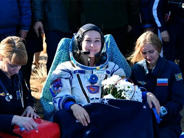 Equipe russa volta do espaço após gravar primeiro filme na Estação Espacial Internacional