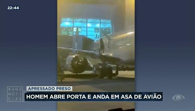 Passageiro abre porta de emergência e desce pela asa de avião após aterrissagem; assista