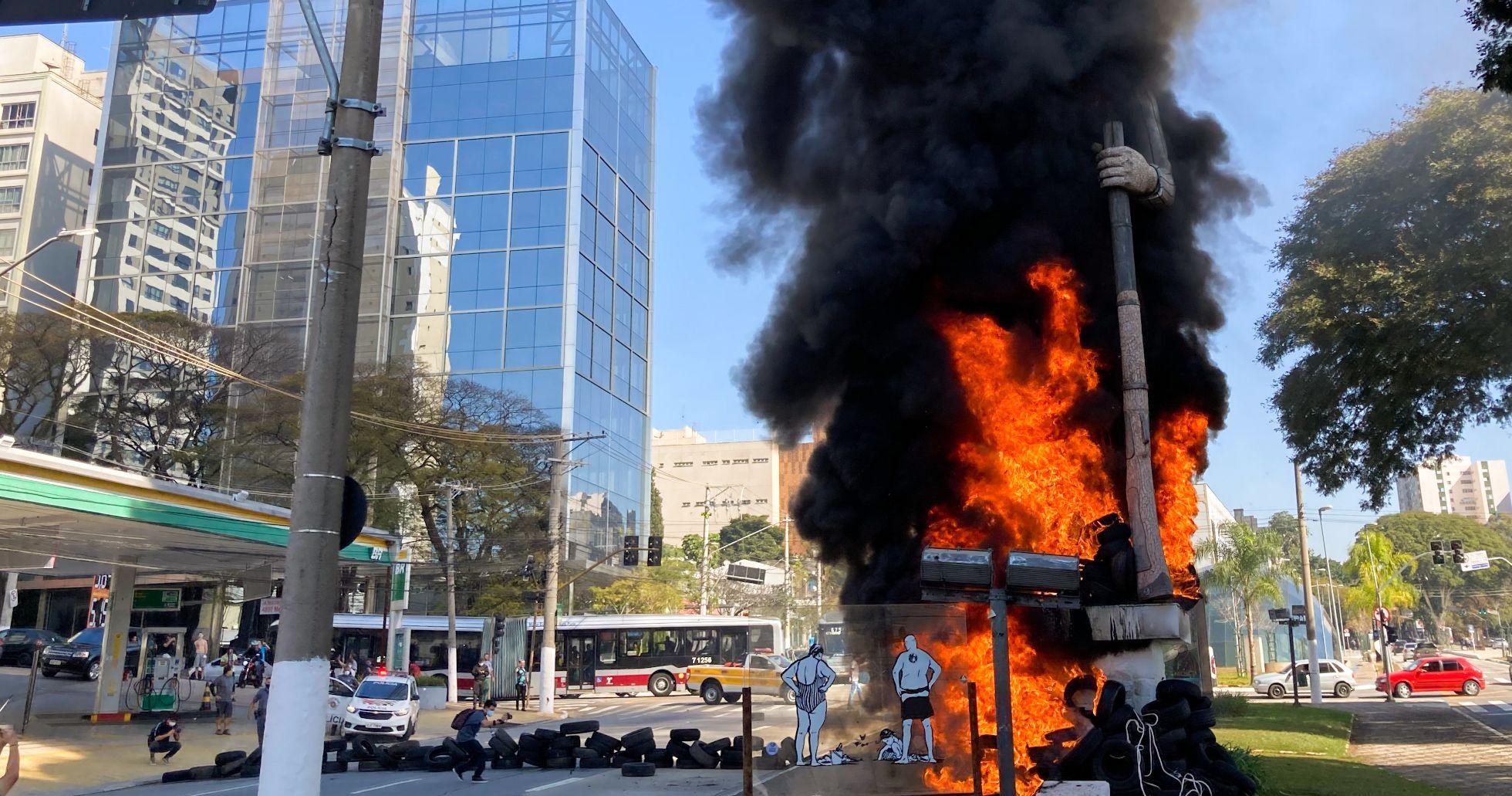 Manifestantes ateiam fogo em estátua de Borba Gato em São Paulo
