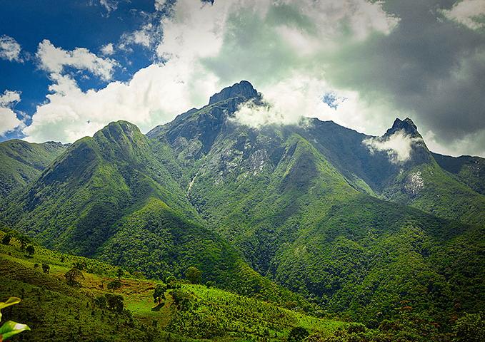 Corpo de Bombeiros faz buscas por turistas desaparecidos no Pico dos Marins, em Piquete