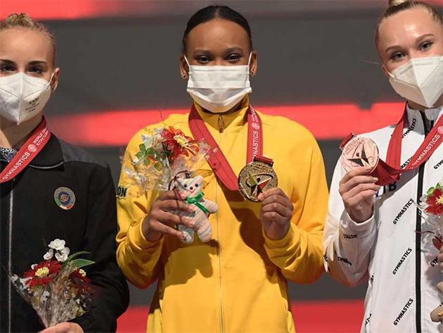 Rebeca Andrade conquista ouro e prata no Mundial de Kitakyushu
