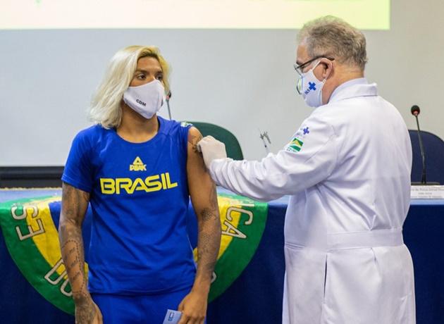 Queiroga anuncia contrato assinado com Pfizer por 100 milhões de doses de vacinas