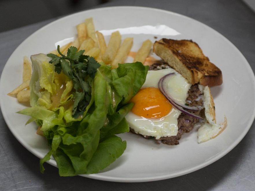 Saiba fazer o hambúrguer aberto com batata frita e salada de Erick Jacquin