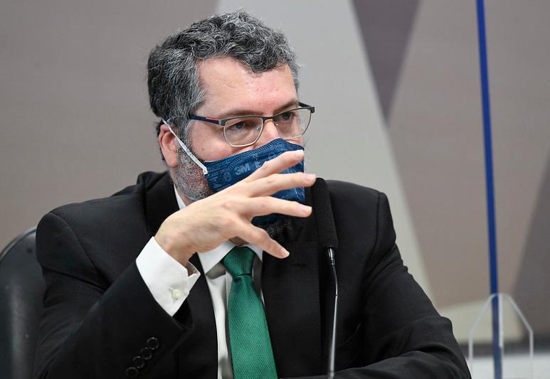 Araújo diz que não avisou Bolsonaro sobre carta da Pfizer