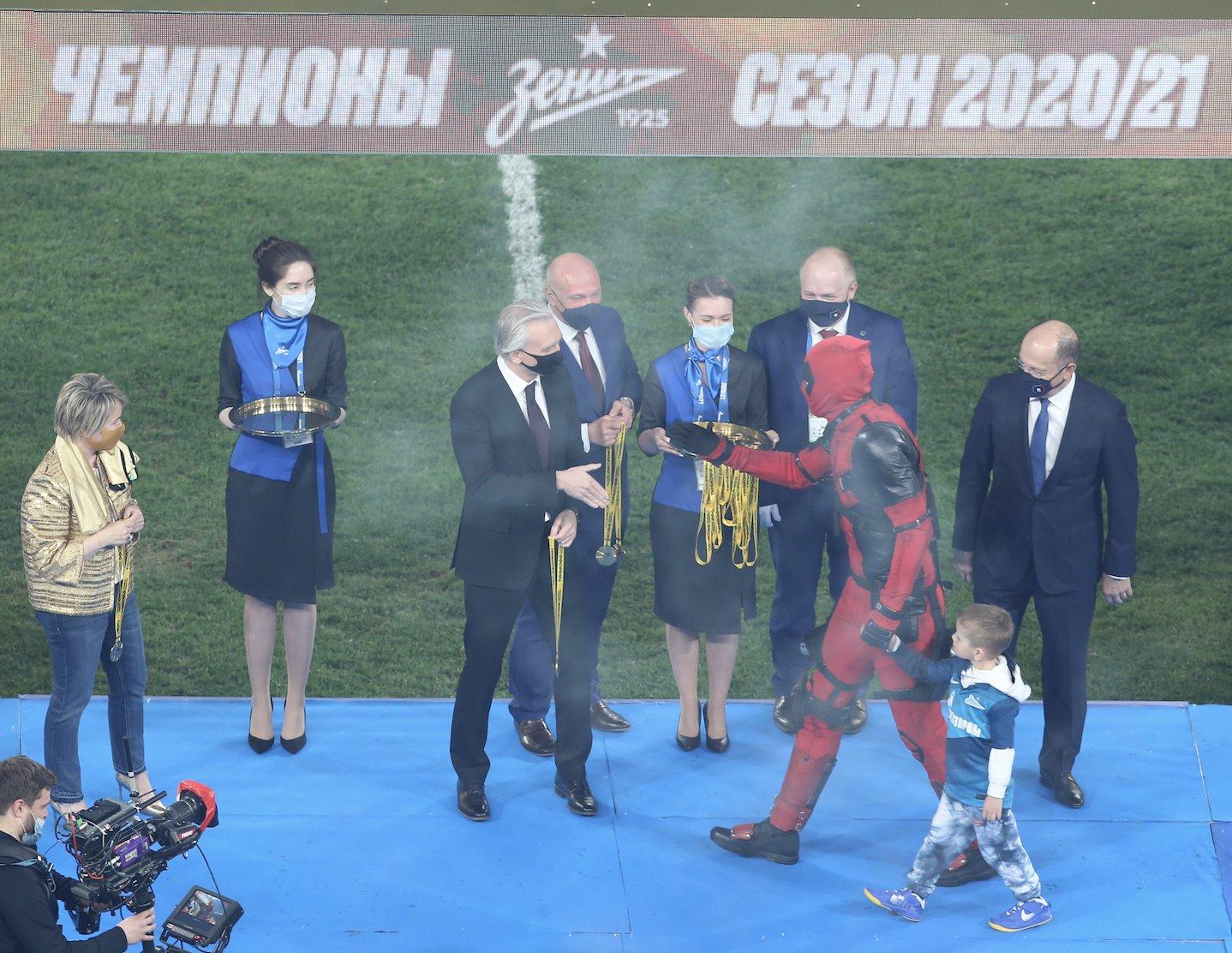 Jogador do Zenit comemora título de campeão russo vestido de Deadpool