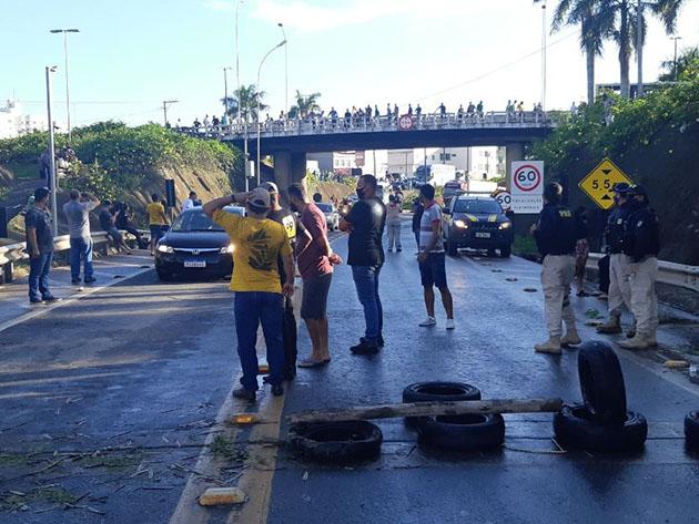 Motoristas bloqueiam rodovia em protesto contra alta nos combustíveis no Espírito Santo