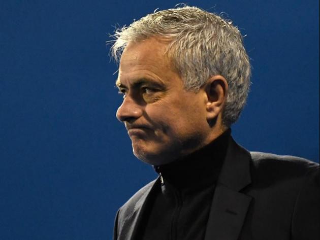 Após 17 meses, Tottenham demite José Mourinho