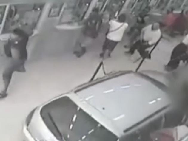 Carro invade lotérica e deixa cinco pessoas feridas em Itaquaquecetuba; veja as imagens