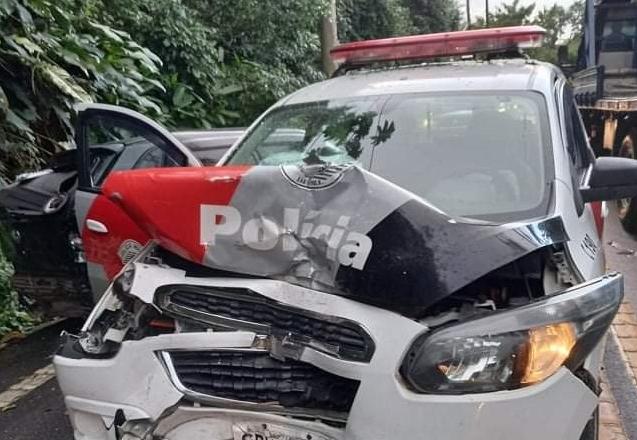 Viatura da PM colide com outro veículo e deixa três feridos na SP-55 em São Sebastião