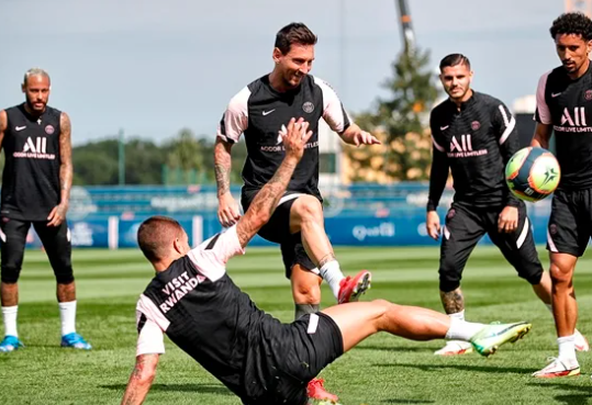 PSG relaciona Neymar e Messi para estreia na Champions League