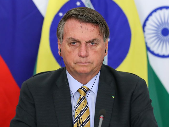 Para Reinaldo Azevedo, a decisão de Bolsonaro concede, em certa medida, o poder de governar o país ao centrão