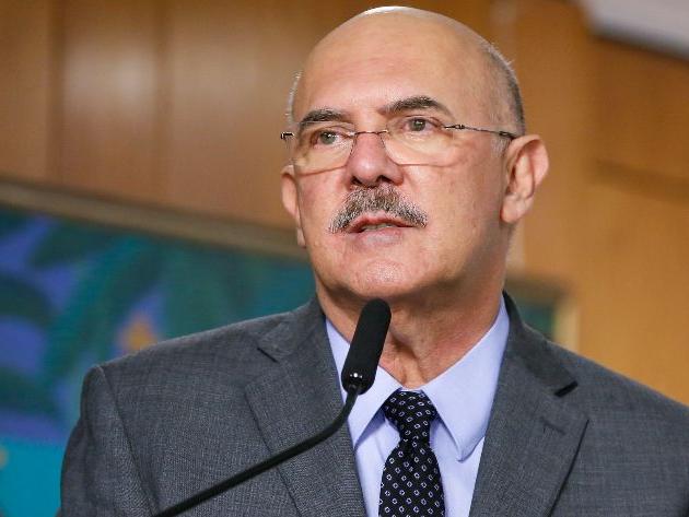 """Ministro da Educação faz apelo por volta às aulas presenciais: """"Necessidade urgente"""""""