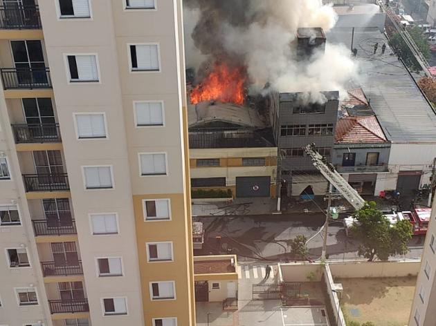 O Corpo de Bombeiros atua para combater um incêndio em um galpão localizado no Bom Retiro
