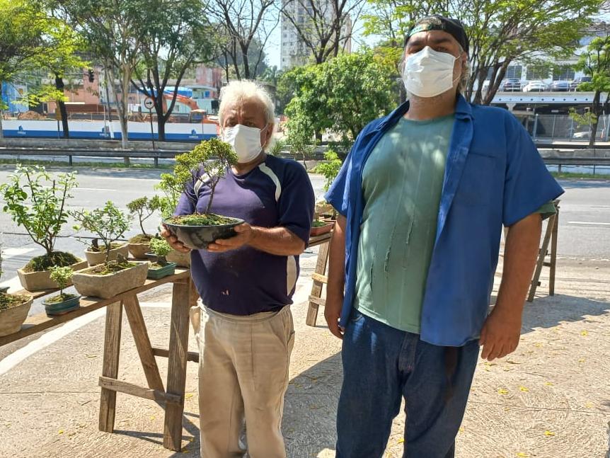 Cidade em Retratos: Onésimo e Douglas Araújo e a banca de bonsais no caminho da Imigrantes