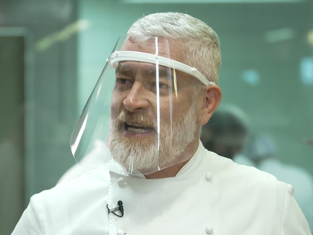 """Alex Atala conta como criou a galinhada e serviu mais de 7 mil refeições em um dia: """"Virou tradição"""""""