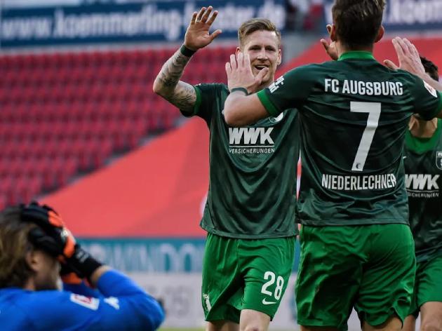 Mainz 05 perde para o Augsburg e se afunda na zona de rebaixamento do Campeonato Alemão; assista