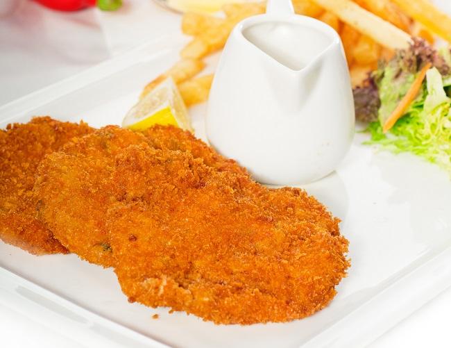 Milanesa de porco com salada é receita curinga para o dia a dia