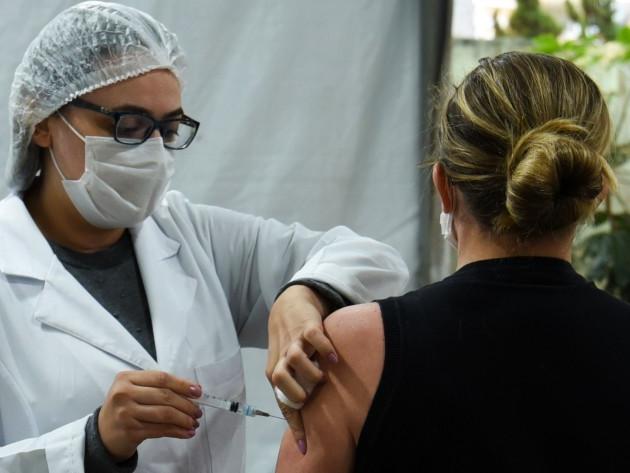 SP começa a vacinar contra Covid-19 pessoas com 28 anos