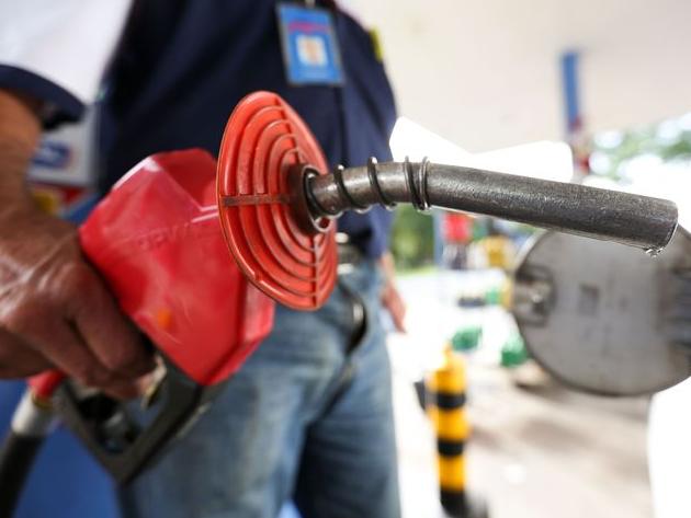 Eduardo Oinegue: 80 países têm gasolina mais cara do que o Brasil. O problema é que empobrecemos
