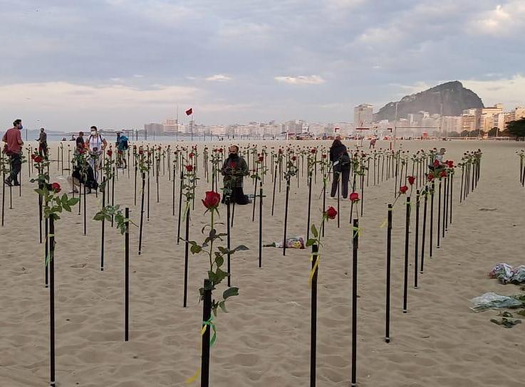 Em protesto aos 500 mil mortos pela Covid no Brasil, areias de Copacabana tem roseiral para homenagear as vítimas