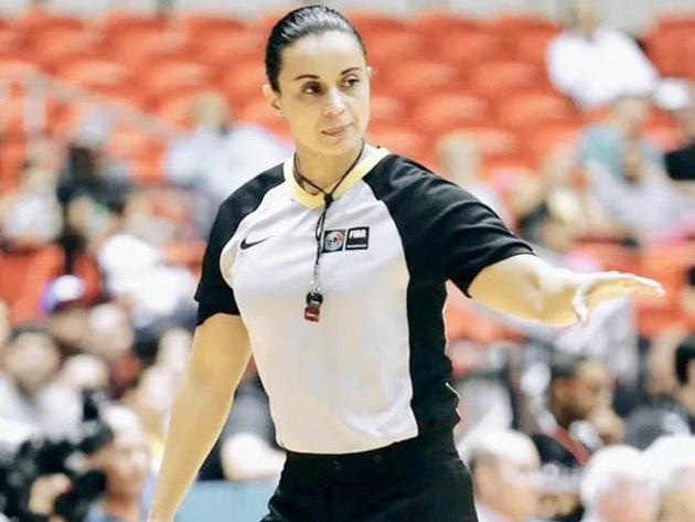 Brasileira é primeira mulher a arbitrar partida de basquete masculino em Jogos Olímpicos