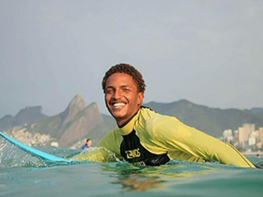 Instrutor de surfe denuncia racismo após ser acusado de roubo