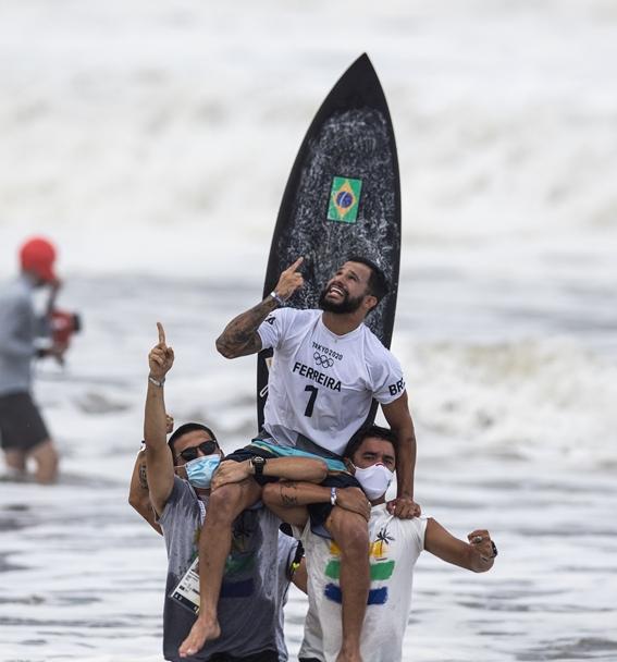 Italo Ferreira volta ao Brasil e lembra mensagem religiosa: 'Diz amém que o ouro vem'