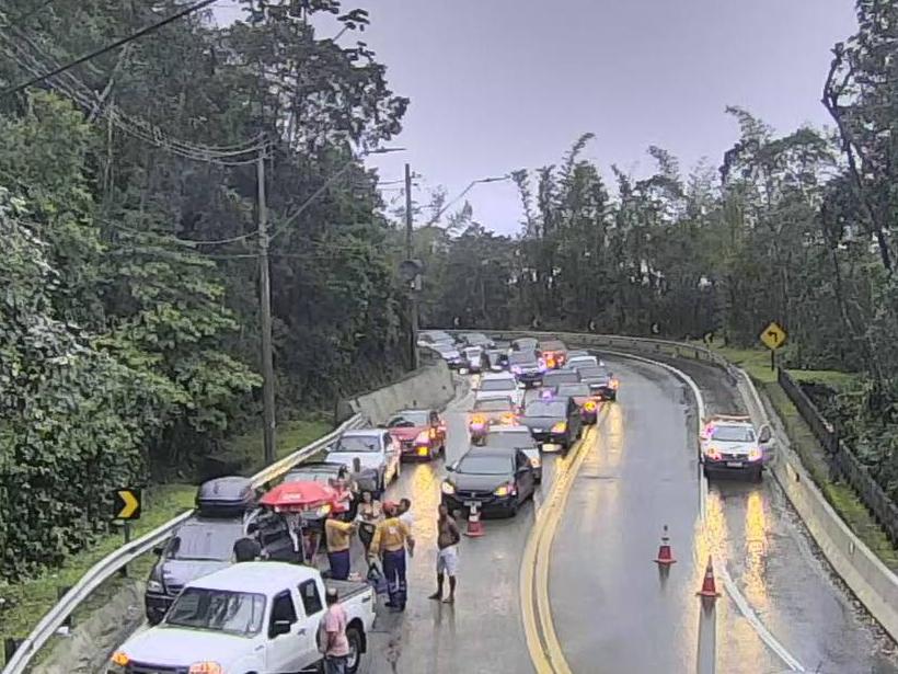 Acidente envolvendo dois carros deixa seis pessoas feridas e complica trânsito na Tamoios