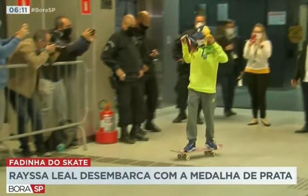 Rayssa Leal desembarca no Brasil e anda de skate no aeroporto; assista