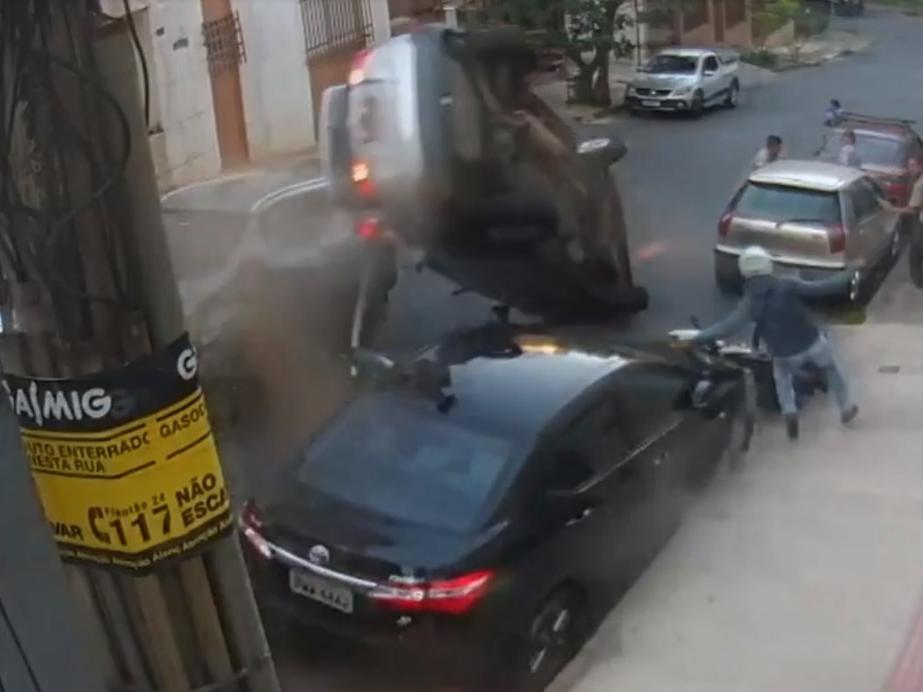 Veículo sem controle atinge carros, capota e quase acerta pedestres em BH; assista