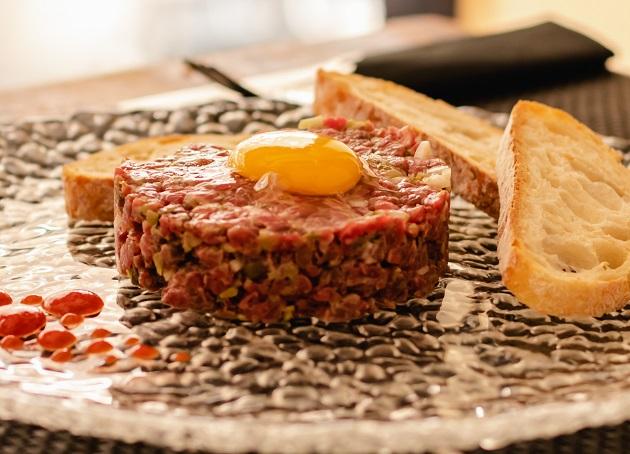 Versão de steak tartare do István Wessel é grelhada; saiba como fazer