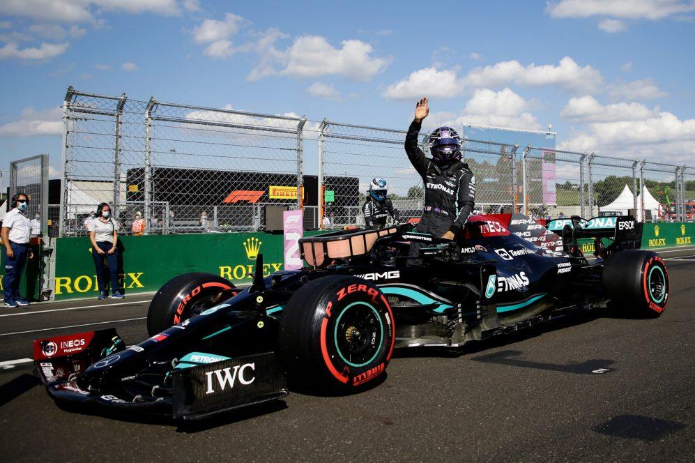 """Hamilton segura Verstappen e aumenta """"guerra"""" na F1"""