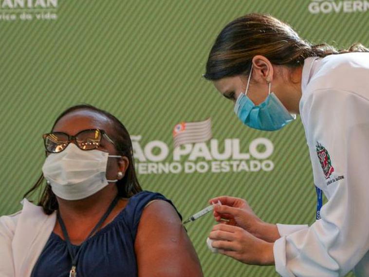 Mônica Calazans, primeira pessoa a ser vacinada no Brasil, faz um apelo no dia em que o Brasil atingiu a marca de 500 mil mortos pelo coronavírus