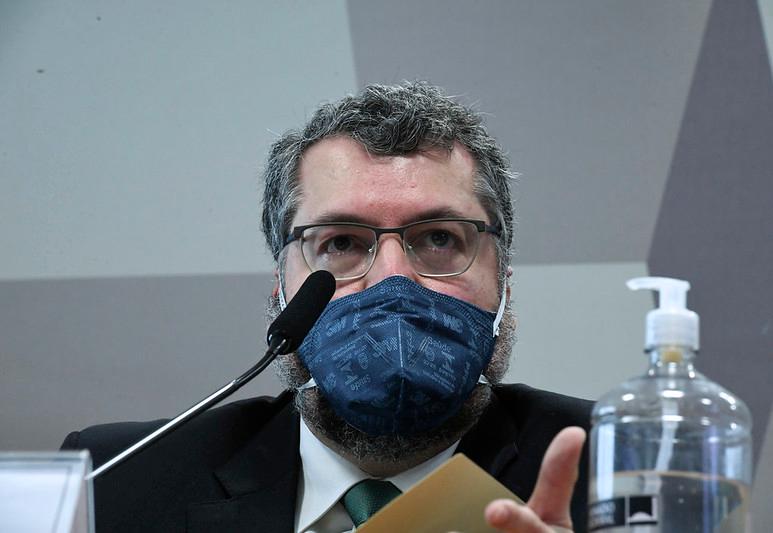 Bolsonaro apoiou importação de cloroquina, diz Ernesto Araújo