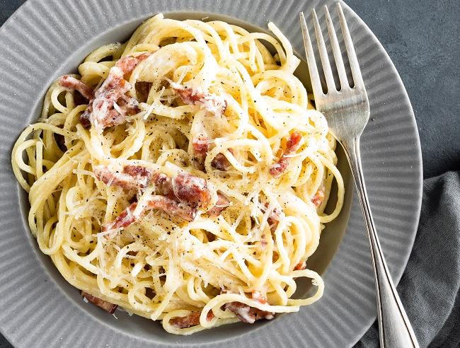 Espaguete à carbonara tem preparo rápido: saiba fazer em casa