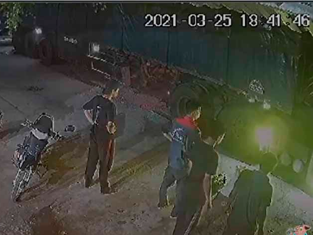 Vídeo registra momento em que asfalto cede e carreta com arroz acaba tombando
