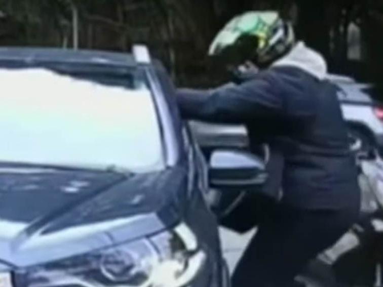 Mulher é assaltada por motoqueiro em condomínio de Cotia (SP); veja as imagens