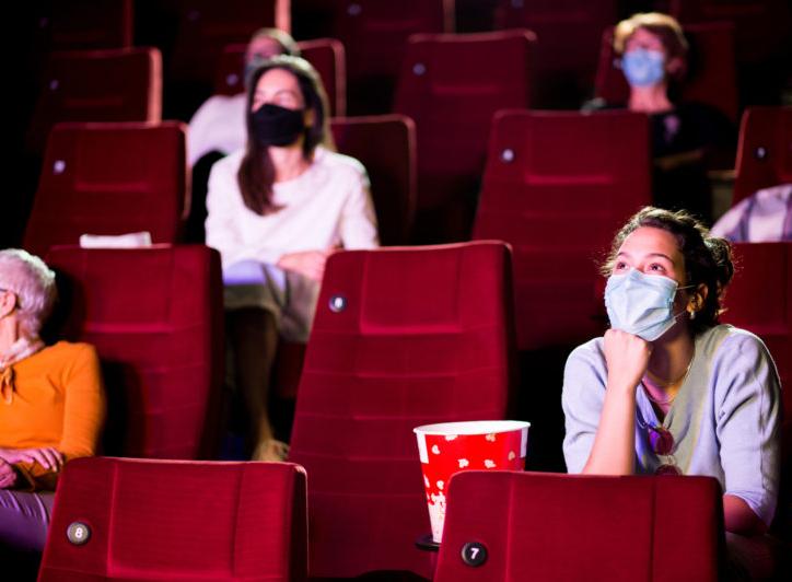 Prefeitura de SP determina fim da necessidade de espaço entre frequentadores de cinemas e teatros