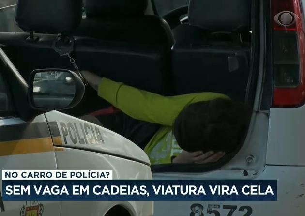 Por falta de vagas, presos são mantidos algemados em viaturas no RS