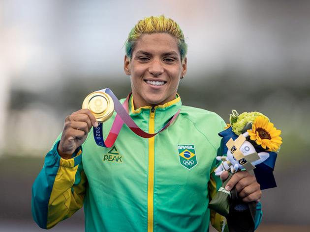 """""""Sabia o quanto era capaz de fazer isso"""", diz Ana Marcela ao festejar o ouro em Tóquio"""
