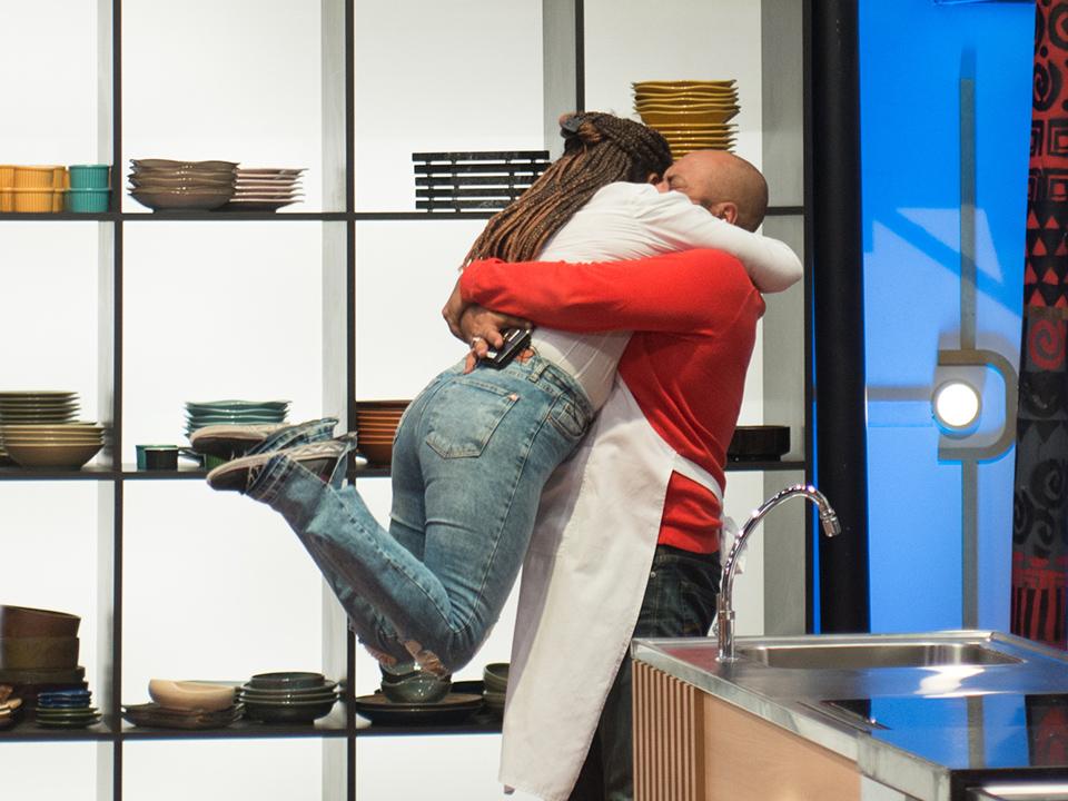 """Sergio """"quebra a regra"""", desce do mezanino e abraça Cristina em despedida no MasterChef"""