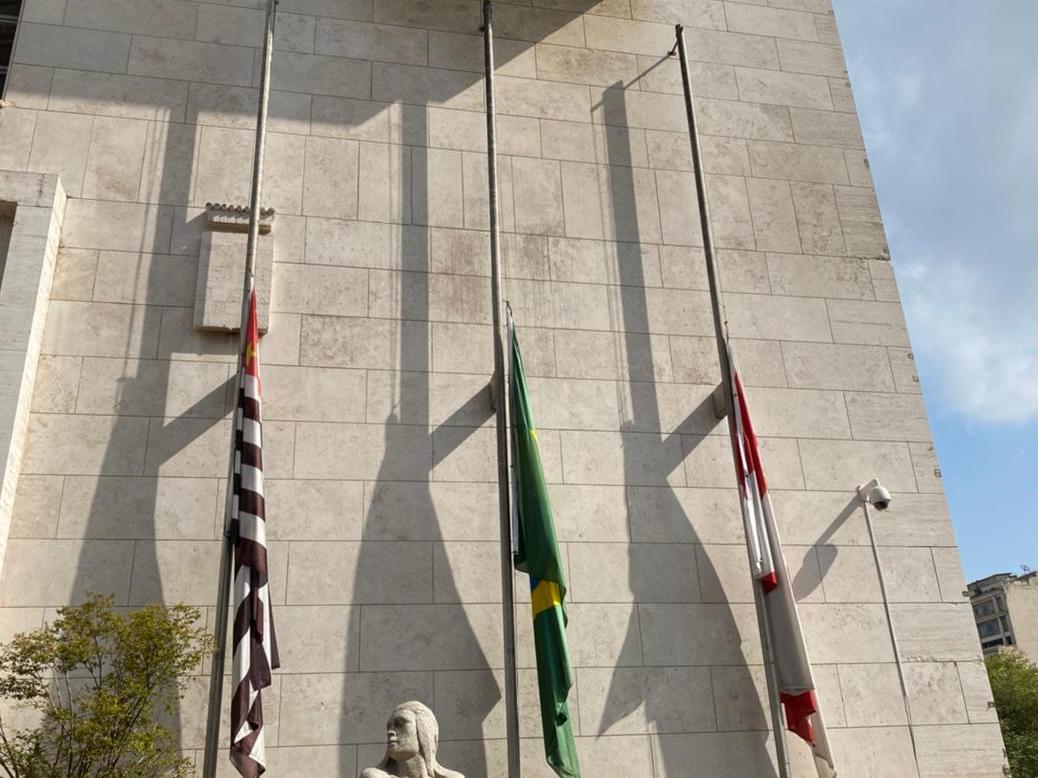 Prefeitura de São Paulo com bandeiras a meio-mastro