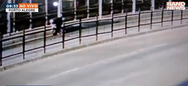 Homem simula assalto e ataca ex-mulher com faca em Porto Alegre
