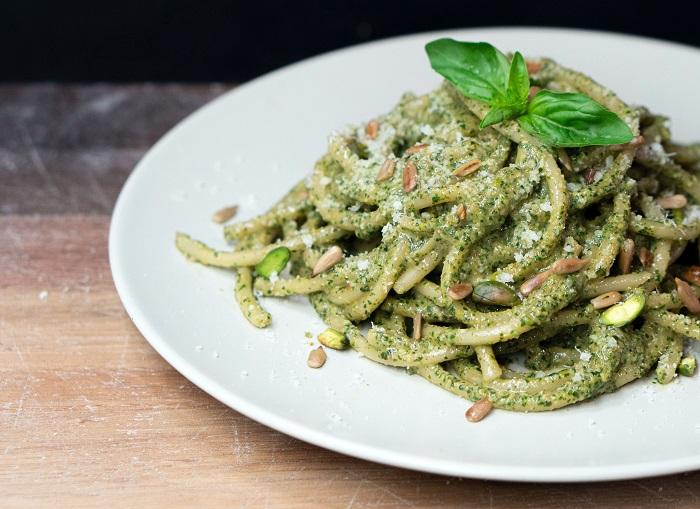 Espaguete ao pesto: receita é fácil e fica pronta em 20 minutos