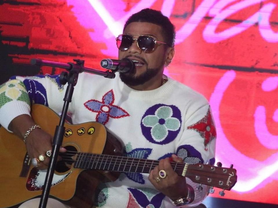 Naldo Benny faz show no Rio de Janeiro e causa aglomeração