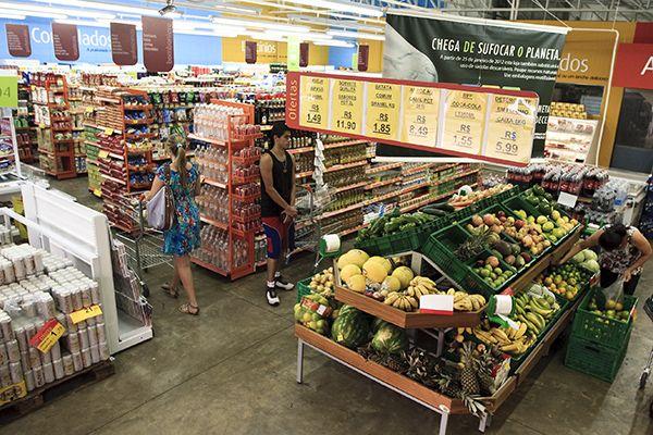 Na contramão da crise, supermercados estão contratando no Brasil