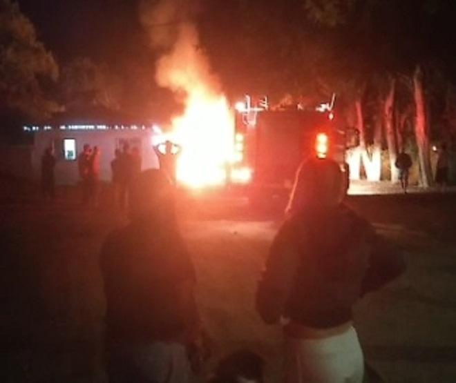 Incêndio em estacionamento destrói dois ônibus em Santa Branca